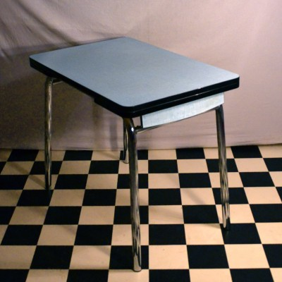 Table en formica bleue