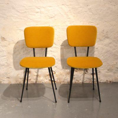 Paire de chaises retapissées velours moutarde