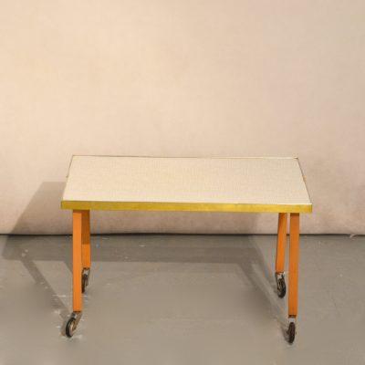 Petite table d'appoint à roulettes