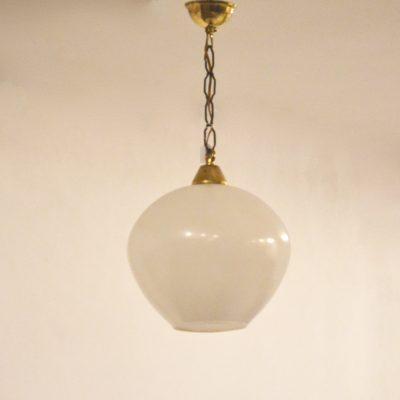 Suspension opaline et chaîne dorée