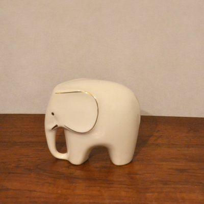 Eléphant en porcelaine blanche