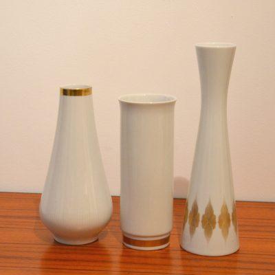 Trio de vases en porcelaine blanche et dorée