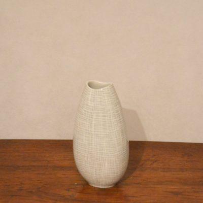 Petit vase en porcelaine blanche et argentée