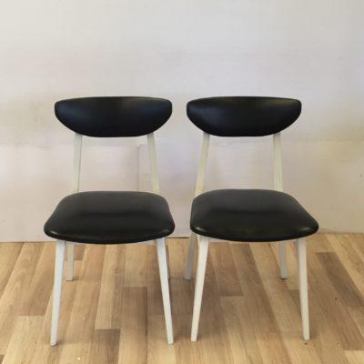 Paire de chaises noires et blanches